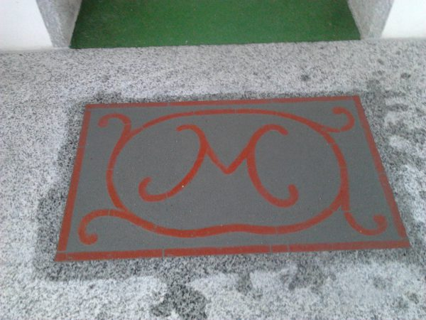 <span>Logo pavimento</span><i>→</i>